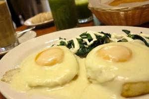 Яйца биск на тостах со шпинатом