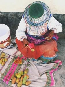 Бабушка, продающая плоды кактуса