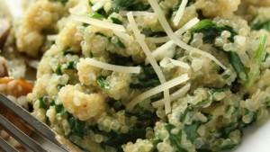 рецепт салата с киноа, шпинатом и пармезаном