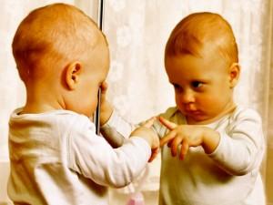 Как приходит осознанность? Как человек начинает осознавать себя? Как начинается процесс осознанности? В какой момент ребенок понимает, что он -именно такой, а не какой-то другой? Почему иногда он видит себя только с одной стороны, но не видит с другой? Начинает ли он осознавать себя сам, или это умение приходит извне? Осознанность ассоциируется с мудростью и развитым сознанием, которые присущи взрослым людям. Но как она появляется? Ребенок рождается бессознательно. В первую очередь это происходит из-за того, что сами родители плохо осознают себя, в том числе в момент зачатия их малыша. Человек так мало наблюдает, что происходит с ним, что многое не замечает и не понимает. Поэтому подавляющая часть детей зачинаются в момент, когда родители заняты какими-то мыслями или чувствами, и не видят важности происходящего момента. Обычно они узнают о наступлении беременности из-за задержки цикла или из-за результатов теста. Это знание, но не осознанность. Если родители достаточно осознаны, то это понимание приходит к ним в момент полового акта. Обычно его нет, поэтому ребенок приходит в мир, не осознавая себя. Если хотя бы один из родителей осознан, то это сильно помогает в дальнейшем развитии малыша, если нет, то этот путь ему придется полностью пройти самому. Обратим внимание, что между осознанностью и знанием есть большая разница: первая безоценочна, второе приходит из суждений. Осознающий родитель видит, что происходит в его жизни, и таким образом может понять и увидеть основные направления развития его ребенка (читайте подробнее Зачатие ребенка. Что влияет на жизненный путь малыша), знающий же размышляет о хороших или плохих условиях для рождения малыша. Первый увидит в любом событии важный смысл, второй – оценит эти события, сделав зачастую неправильные выводы. Из-за того, что ребенок зачинается бессознательно, то беременность и роды тоже обычно проходят бессознательно. Некоторые более сознательные мамы и папы в этот период глубже погружаются в себя, в свой внутренний ми