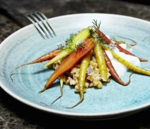 салат из полбы с молодой морковью, соусом песто и кокосовой пеной