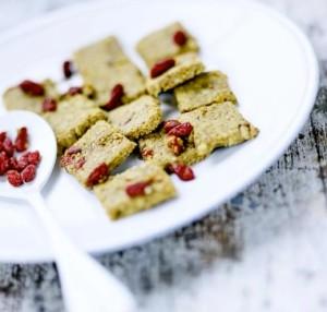 сыроедческие сладости из пшенных хлопьев, ягод годжи и грецких орехов
