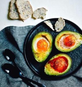 рецепт завтрака с авокадо, яйцами, беконом и томатным пюре