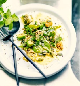 интересный рецепт полезного и низкокалорийного салата с листьями корн и смесью зерен