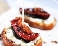 тапас с козьим сыром, базиликом и сушеным томатом